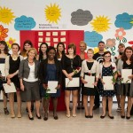 Die staatlich anerkannten Kinderpflegerinnen und -pfleger freuen sich über ihren Abschluss. Foto. SMMP/Bock