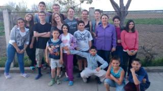 Viel Spaß hatten die Berufsschüler aus Bestwig mit den Kindern in Schineni/Rumänien. Foto: privat
