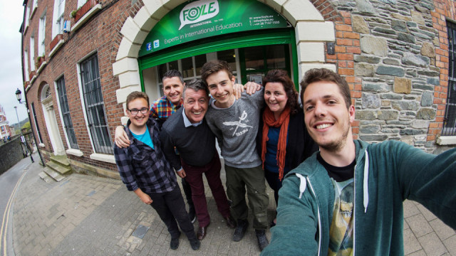 Damian Hilus beim Selfie mit seinem Mitschülern Rafael Loerwald (l.) und Lukas Scheffer (4.v.l.) und Einwohnern der Stadt Derry in Irland. Foto: Damian Hilus