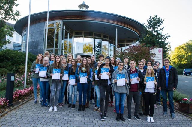 """50 Schüler des Berufskollegs Bergkloster Bestwig freuen sich über den offiziellen """"Europass Mobilität."""" Foto: SMMP/Bock"""