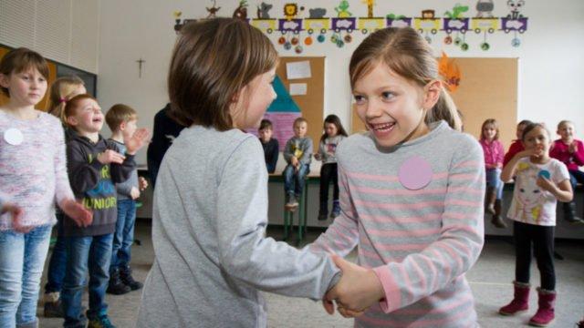 Kinder der Grundschulen aus Velmede, Nuttlar und Ramsbeck üben den Tanz der Schafe ein. Foto: SMMP/Ulrich Bock