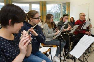 Chor und Orchester üben mit Musiklehrerin Elke Schroeder die LIeder ein. Foto: SMMP/Ulrich Bock