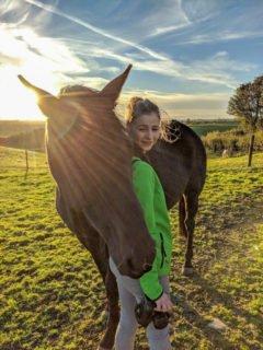 Mit Pferden hatte Mascha Hansen vorher noch nie zu tun. Doch in Nordirland hatte sie viel Freude an den Tieren. Foto: privat