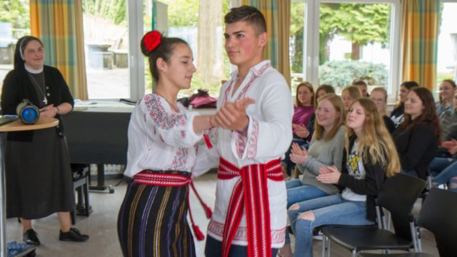 Celina Mariut und Robert Antal führen in Tracht einen rumänischen Tanz vor. Folklore, Tanz und Musik haben in dem osteuropäischen Land einen hohen Stellenwert und spielen auch bei der Arbeit in den Kinderheimen und in den Jugendzentren eine wichtige Rolle. Foto: SMMP/Ulrich Bock