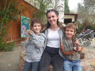 Wiebke Droege in Athen mit ihren Gastbrüdern Konstantin (l.) und Emmanuil. Die Schlange, die die drei umden Hals haben, bleibt brav. Foto: privat