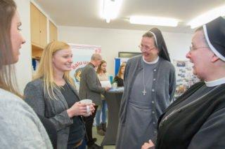 Schwester Johanna Guthoff und Schwester Anna Maria Hovest im Gespräch mit den Lehrerinnen Jana Gierse (l.) und Julia Wendt. Foto: SMMP/Ulrich Bock