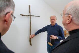 Schulseelsorger Dr. Christoph Recker zeigt Erbischof hans-Josef Becker und Pastor Werner Spancken den Meditationsraum. Foto: SMMP/Ulrich Bock