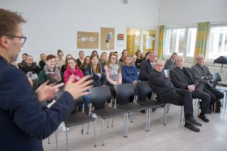 Akademie-Leiter Andreas Pfläging erläutert die Trägerkonstellation mit der Elisabeth-Klinik Bigge, durch die die Ausbildungsgänge schulgeldfrei wurden. Foto: SMMP/Ulrich Bock