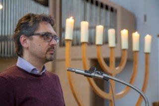 Schulleiter Michael Roth begrüßt begrüßt die Jugendlichen und jungen Erwachsenen. Foto: SMMP/Ulrich Bock