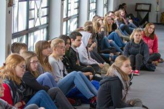 Die Schülerinnen und Schüler sitzen auch in den Gängen. Foto: SMMP/Ulrich Bock
