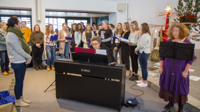 Gemeinsam mit den Musikerinnen Rimma Gotlib und Ulrike Mellert singt ein Projektchor des Berufskollegs jüdische Weisen. Foto: SMMP/Ulrich Bock