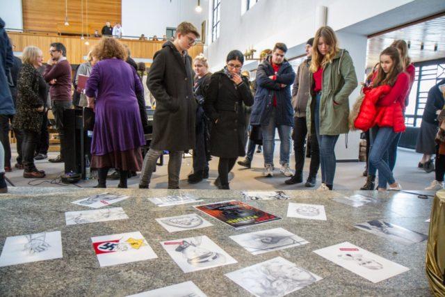 Kreativ haben sich die Schülerinnen und Schüler der Kunstkurse von Ilona Mathes mit dem Thema der Judenverfolgung auseinander gesetzt. Ihre Bilder waren in und vor der KIrche zu sehen.
