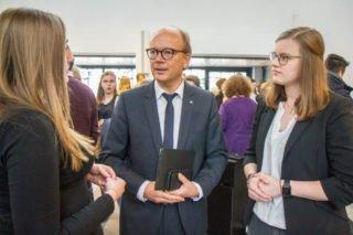 Landtagspräsident Andre Kuper verabschiedet sich von den Schülerinnen Pauline Hanfland (l.) und Leonie Happe. Foto: SMMP/Ulrich Bock