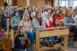 Die Schülerinnen und Schüler hören aufmerksam zu. Foto: SMMP/Ulrich Bock