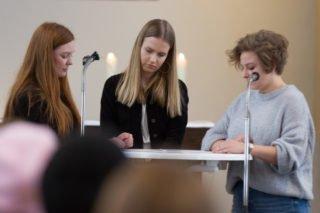 Lara, Theresa und Lea tragen eine fiktive Geschichte aus dem Sauerland der Zukunft vor - wenn immer mehr Hölländer hierher kommen, weil ihr Land im Meer versinkt. Foto: SMMP/Ulrich Bock