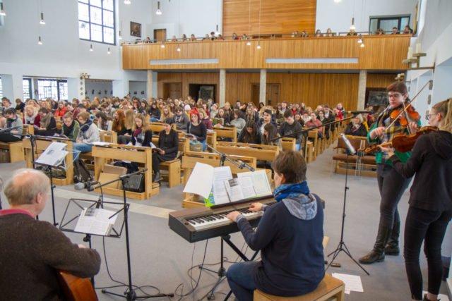 Konzentriert und nachdenklich verfolgen über 500 Schülerinnen und Schüler den Gottesdienst. Foto: SMMP/Ulrich Bock