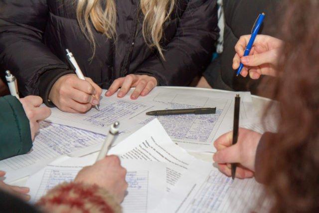 Abschließend unterschreiben viele Schülerinnen und Schüler, Lehrerinnen und Lehrer die Petition. Foto. SMMP/Ulrich Bock