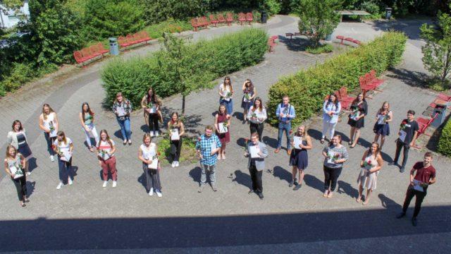 Die Klasse S1 der Fachoberschule für Sozialpädagogik freut sich über das erworbene Fachabitur. Foto: SMMP