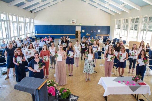 Die staaatlich anerkannten Erzieherinnen und Erzieher freuen sich über ihren Abschluss. Foto: SMMP/Ulrich Bock