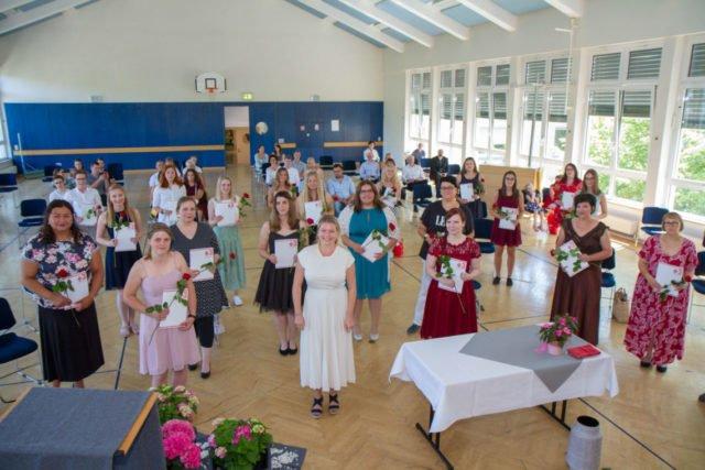 Die Absolventinnen und Absolventen der PIA-Ausbildung freuen sich über ihr Examen. Foto: SMMP/Ulrich Bock