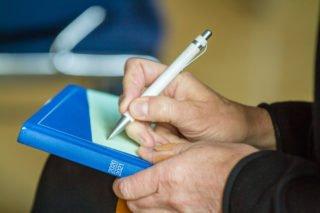 Auf Moderationskärtchen stellen die Lehrenden Anfragen an den Prozess. Foto: SMMP/Ulrich Bock