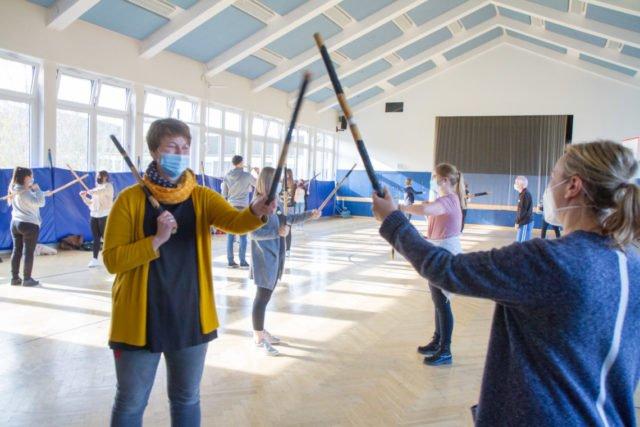"""Die Musiklehrerinnen Elke Schroeder (l.) und Jorinde Jelen im """"Duell"""". Sie hatten den Workshop im Rahmen des Musikunterrichts organisiert. Foto: SMMP/Ulrich Bock"""