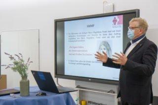 Prokurist Michael Bünger stellt das weltweite Gefüge der Ordensgemeinschaft mit ihren Einrichtungen und Dienste vor. Foto: SMMP/Ulrich Bock