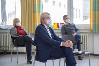 MdB Carl-Julius Cronenberg hört aufmerksam zu. Im Hintergrund Schulleiter Michael Roth und Stellvertreterin Sabine Wegener. Foto: SMMP/Ulrich Bock