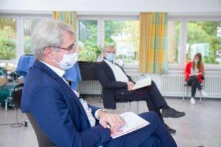 MdB Carl-Julius Cronenberg im Dialog mit den Schülerinnen und Schülern. Foto: SMMP/Ulrich Bock