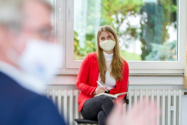 Die stellvertretende Schülersprecherin Larissa Mast fragt, wie es sein könne, dass in Deutschland nur so geringe Kapazitäten für Medizinstudenten zur Verfügung stehen, obwohl doch ein Mangel an Ärztinnen und Ärzten herrscht. Foto: SMMP/Ulrich Bock