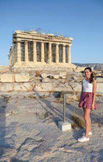 Sie konnte ihr Langzeitpraktikum 2020 in mehreren Abschnitten durchführen: Wiebke Droege vor der abgesperrten Akropolis in Athen. Foto: privat
