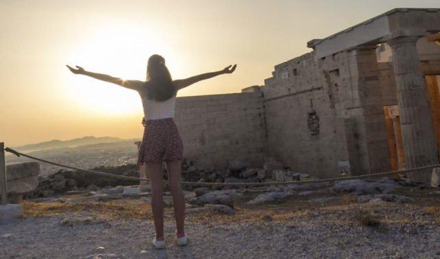 Wiebke Droege über den Dächern von Athen Hier verbrachte die ehemalige Schülerin des Berufskollegs Bergkloster Bestwig fünf Monate ihres Langzeitpraktikums. Foto: privat