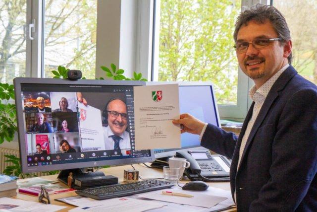 Schulleiter Michael Roth freut sich über die Zertifizierung des Berufskollegs Bergkloster Bestwig im Rahmen der internationalen Zusammenarbeit. Foto: SMMP/Ulrich Bock