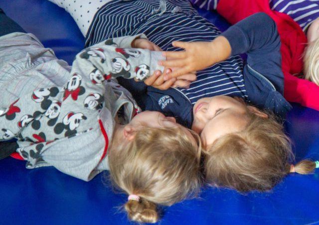 Diese beiden Mädchen sind im Blauland angekommen. Foto: SMMP/Ulrich Bock
