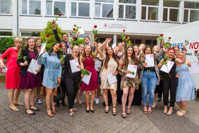 Da ist der Jubel groß: Die Berufspraktikanten freuen sich über ihr Zeugnis als staatlich anerkannte Erzieherinnen und Erzieher. Foto: SMMP/Ulrich Bock