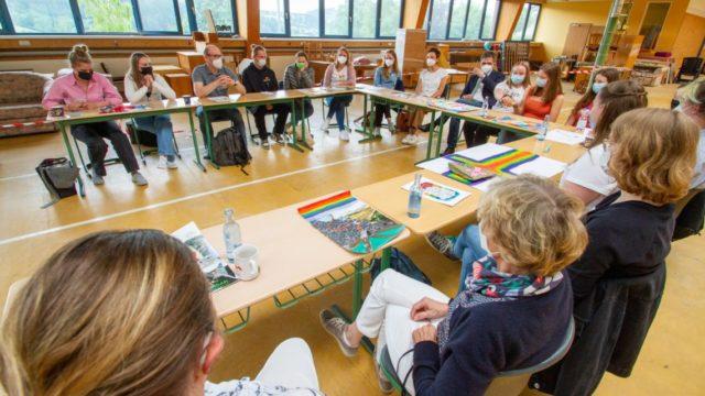 In einem achtstündigen Workshop tauschten sich Lehrerinnen und Lehrer gemeinsma mit schülerinnen und Schülern über das katholische Profil der Schule aus. Foto: SMMP/Ulrich Bock