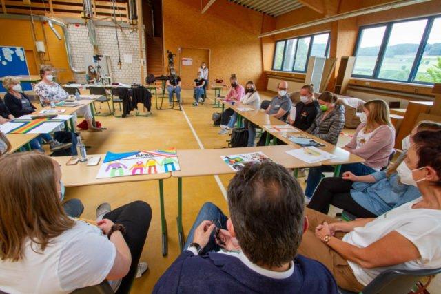 Abschlussrunde in der alten Tischlerei. Vier Studentinnen der Katholischen Hochschule (im Hintergrund) verfolgten die Diskussionen bei dem Workshop mit. Zwei von ihnen schreiben über den Prozess am Berufskolleg Bergkloster Bestwig sogar eine Masterarbeit. Foto: SMMP/Ulrich Bock