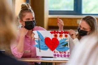 Larissa Mast hat ein Herz für ihre Schule. Das hat allerdings gestutzte Flügel und ist mit Stacheldraht eingefasst. Foto: SMMP/Ulrich Bock