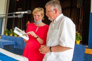 Barbara Knülle überreicht Ralf Ströcker das Abschiedsgeschenk des Kollegiums. Foto: SMMP/Ulrich Bock